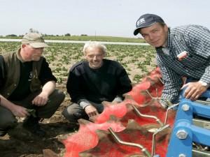 Kvaliteten af jordbearbejdning tjekkes af medarbejdere