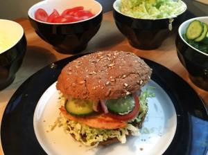 Nem mad med kinakål - nem burger med kinakål og lækker karrydressing