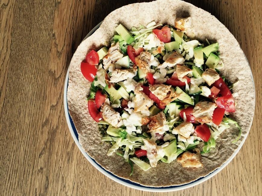 Kålsalat med spidskål, hytteost, kylling og grøn pesto, Nem mad , Svinningegård
