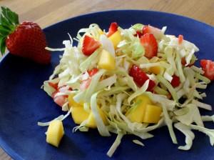 Nem mad med salatkål : kålsalat med Jordbær, salatkål / spidskål, mango & lime