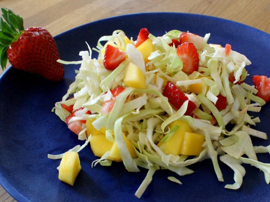Nem mad : kålsalat med Jordbær, salatkål, mango og lime