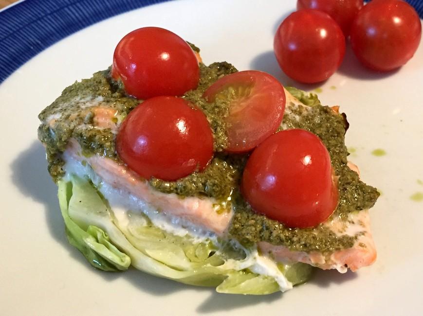 Laks med spidskål, pesto og tomat, Nem mad , Svinningegård