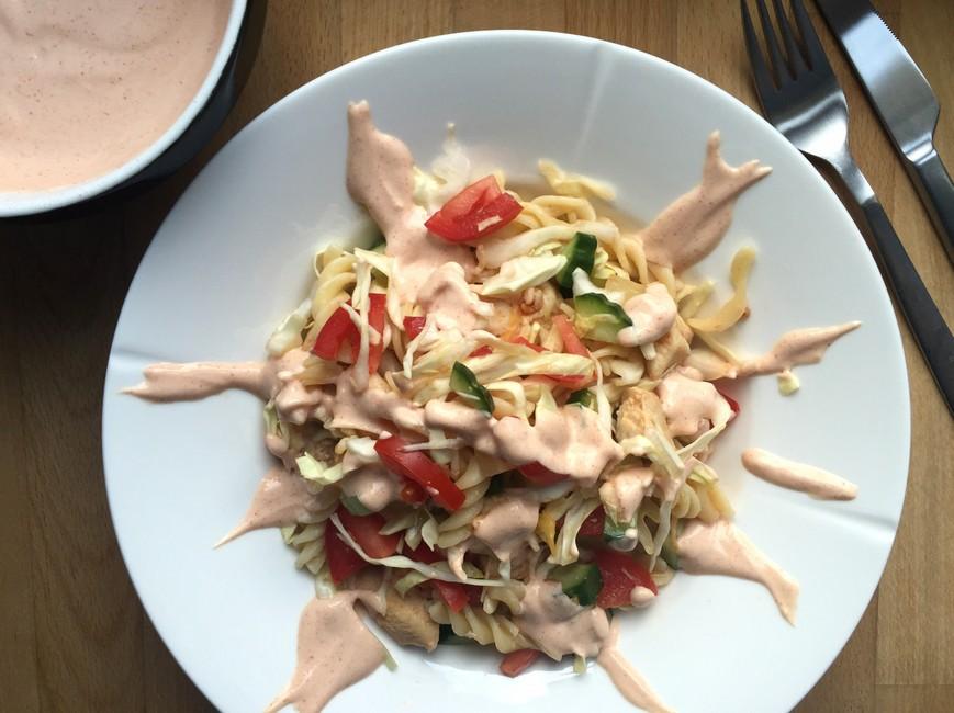 Pastasalat med spidskål, kylling og paprika dressing, Nem mad , Svinningegård