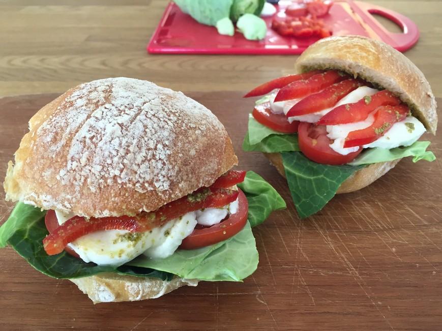 Nem mad - sandwich med salatkål, mozzarella og pesto
