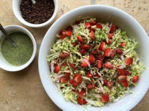 Nem mad - kålsalat med kinakål, jordbær, mynte og mørk chokolade