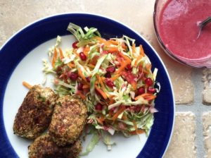 Nem mad - kålsalat med granatæble, salatkål / spidskål & chiafrø