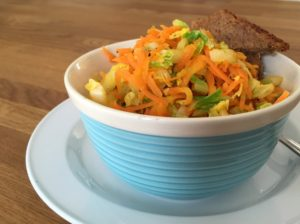 Varm kålsalat med kinakål & gulerødder, Svinningegård