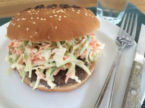 Nem mad - Nem burger med coleslaw af salatkål eller spidskål