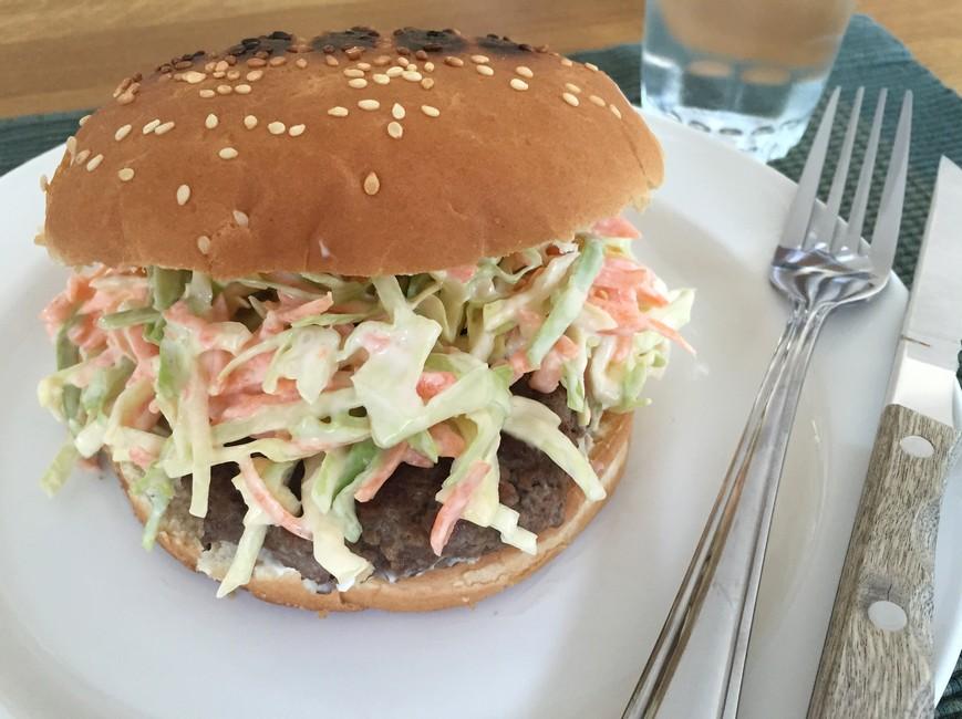 Nem mad - Nem burger med coleslaw af salatkål