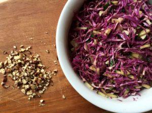 Kålsalat med rød spidskål, agurk & hasselnødder, Nem mad , Svinningegård