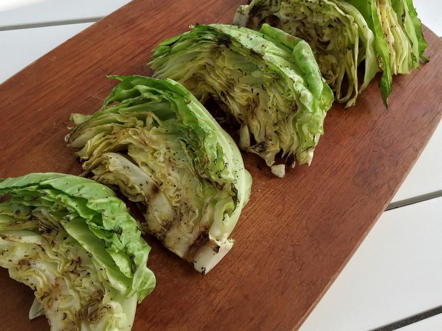 Nem mad - Grillet salatkål - masser af smag og sprødhed