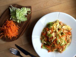 Nem mad - Nem aftensmad med salatkål / spidskål, kylling, gulerødder & chilisauce