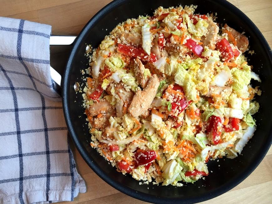 Nem kål wok med kylling, BBQ & chilisauce