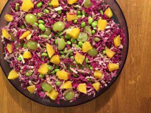 Kålsalat med rød kinakål, appelsin & edamamebønner