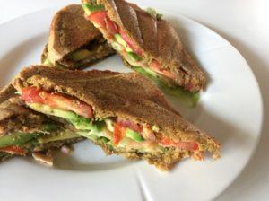 Sandwich med Spidskål, Laks, Avokado & Pesto