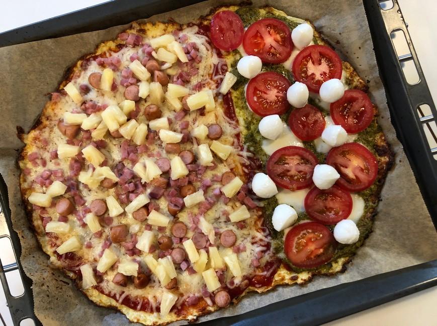 Pizza med blomkålsbund, pesto,mozarella, tomat, skinke, cocktailpølser & ananas, Svinningegård