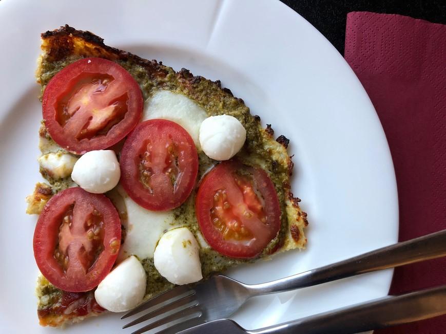 Pizzabund med blomkål, pesto, mozarella & tomat, Svinningegård